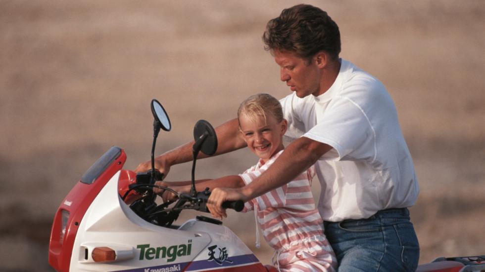 llevar-niños-moto-delante