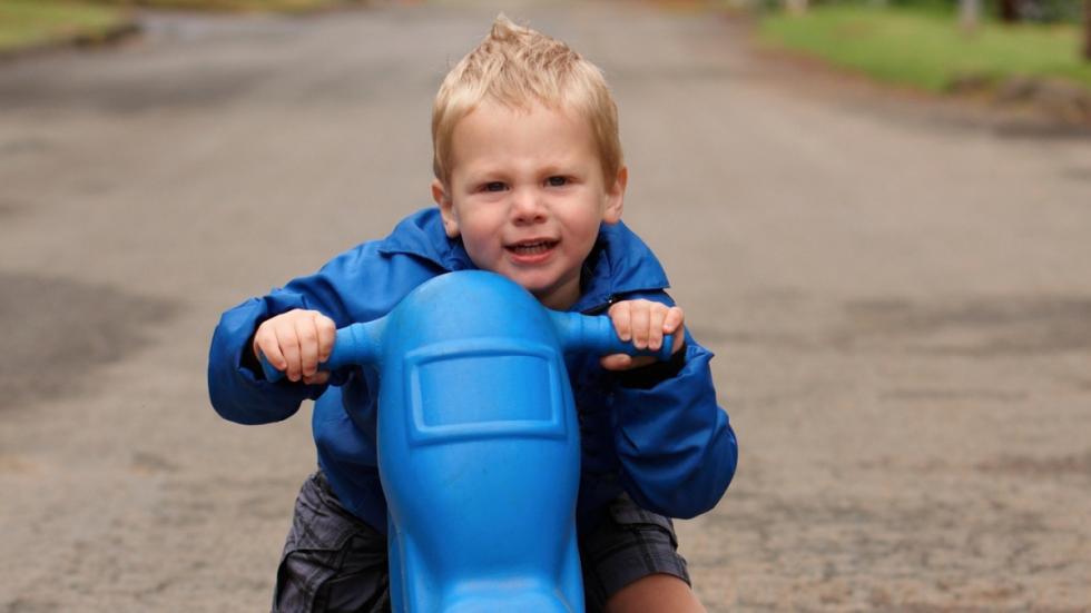 llevar-niños-cole-moto-juguete
