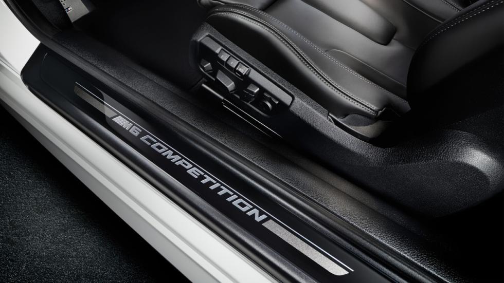 marcos de acceso al interior del BMW M6 Competition