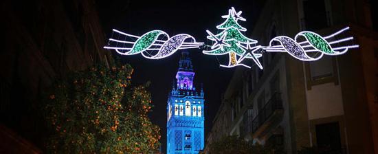 Iluminación navideña con la Giralda de fondo.