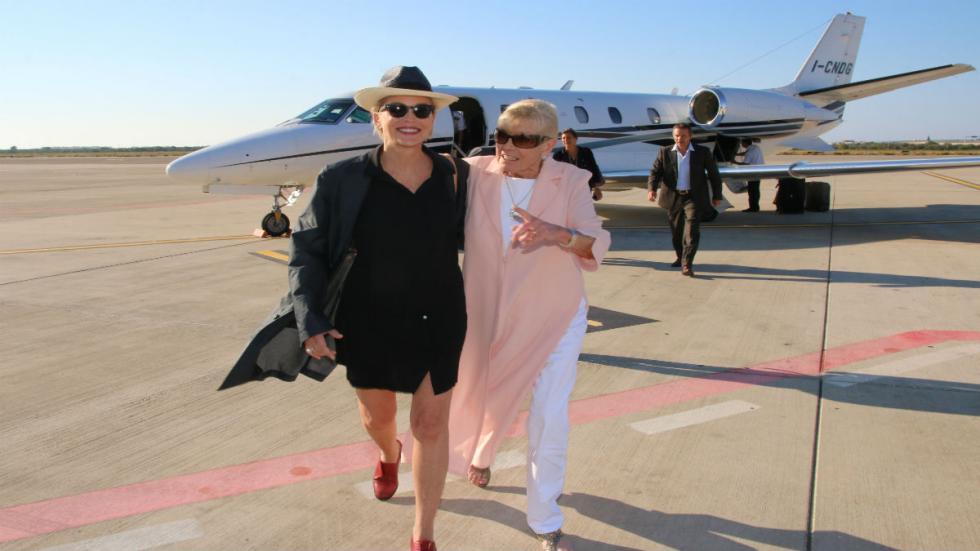 Sharon Stone bajando del avión