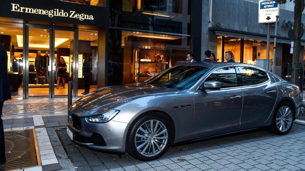 Maserati en la entrada de Ermenegildo Zegna