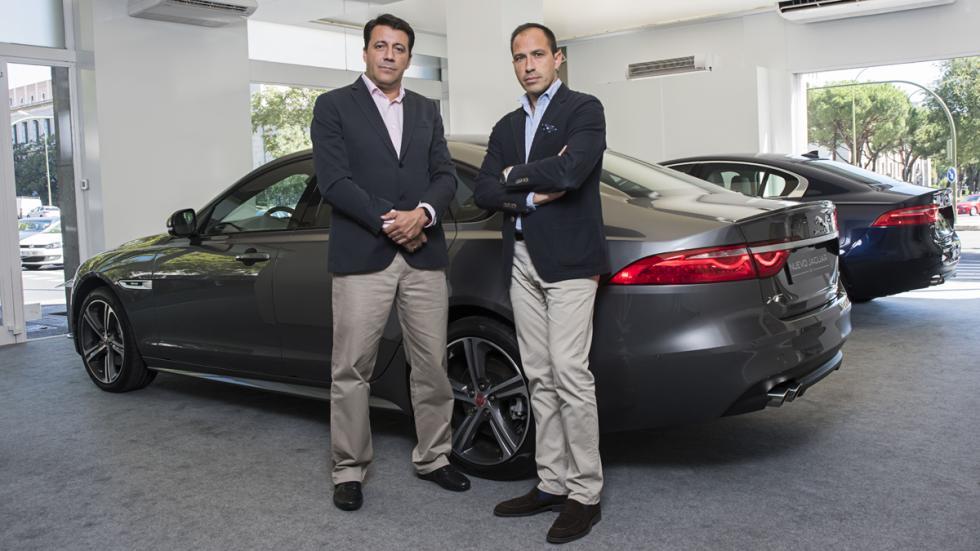 directivos de jaguar land rover store ante el modelo xf