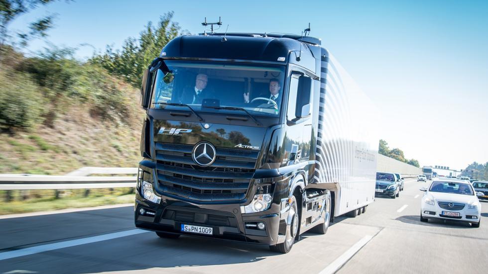 camión Mercedes que conduce solo 2