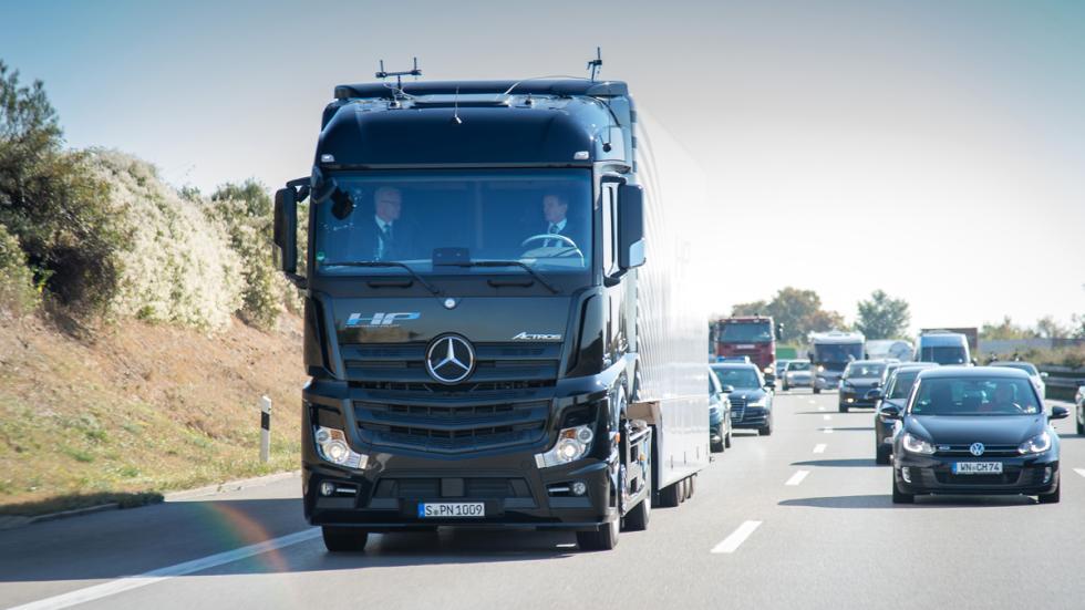 camión Mercedes que conduce solo 3