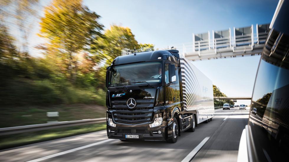 camión Mercedes que conduce solo 4