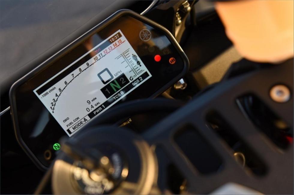 Yamaha-R1-S-cuadro-instrumentos