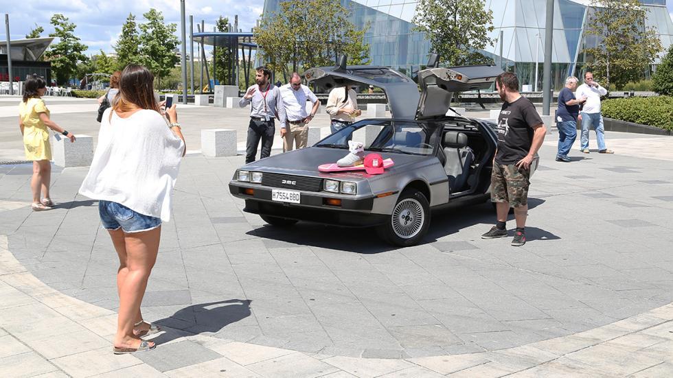 Prueba-DeLorean-DMC-12-fans-curiosos
