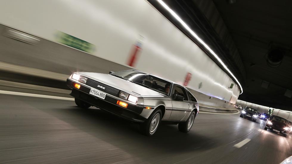 Prueba-DeLorean-DMC-12-túnel-con-coches-delantera
