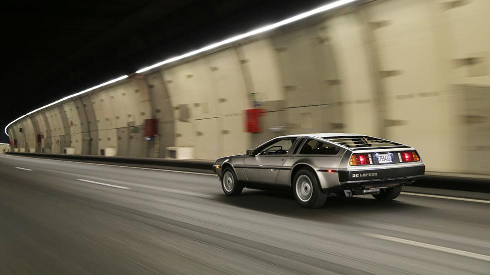 Prueba-DeLorean-DMC-12-túnel-con-coches-trasera