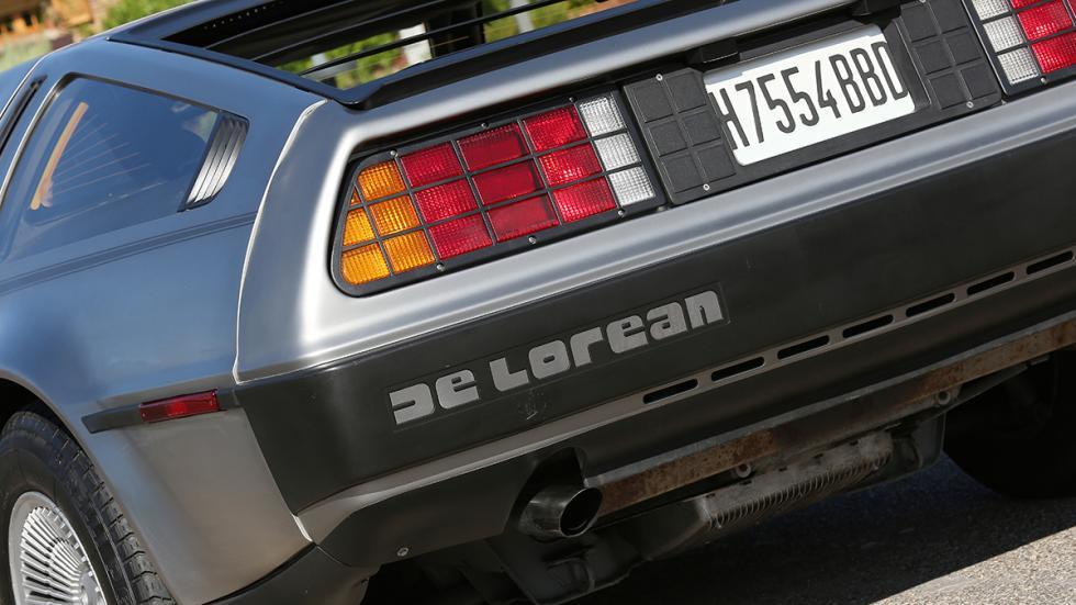 Prueba-DeLorean-DMC-12-logo-trasero-De-Lorean