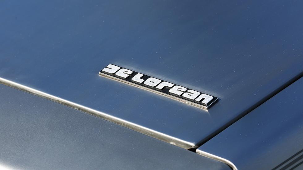 Prueba-DeLorean-DMC-12-logo-delantero