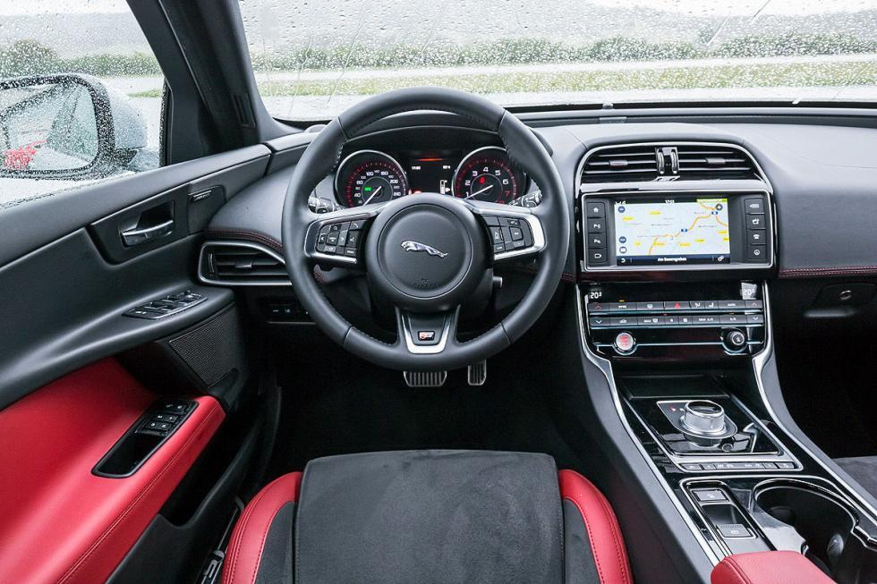 Jaguar XE asiento volante