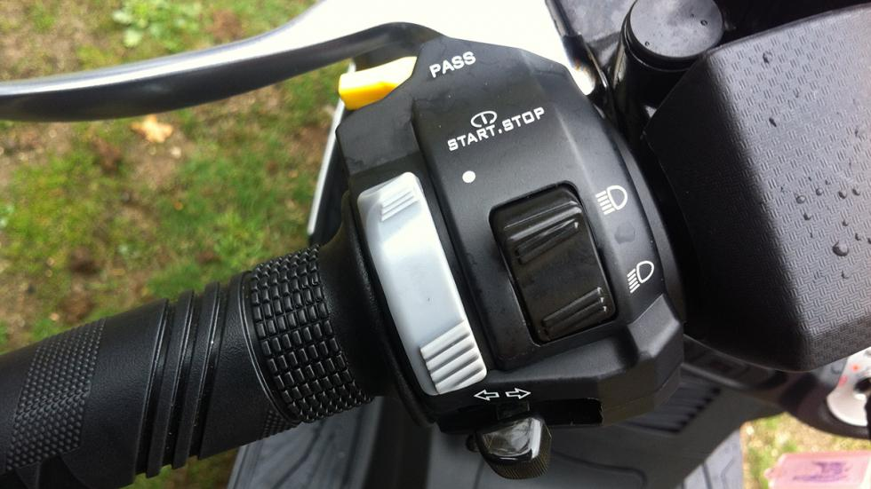 Prueba-SYM-Joymax-300-i-Sport-ABS-Start-Stop-mando