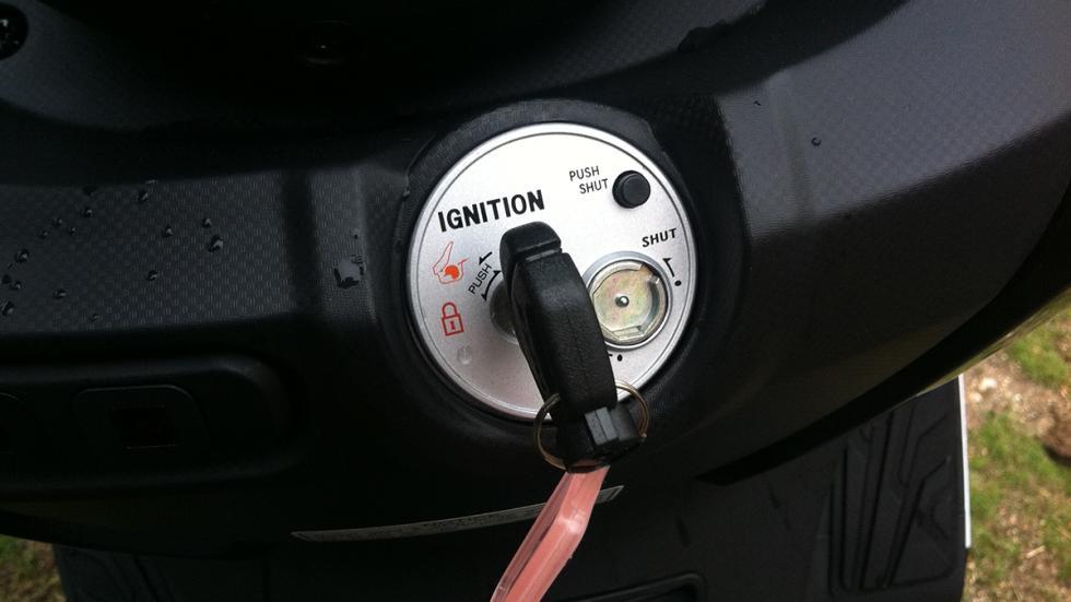 Prueba-SYM-Joymax-300-i-Sport-ABS-Start-Stop-iluminación-cerradura