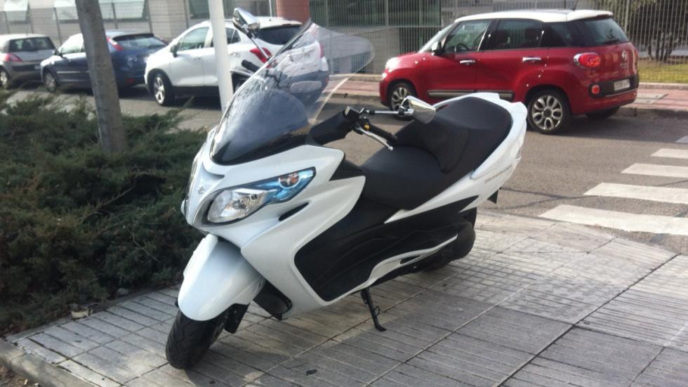 Motos-125-con-marchas-scooter-Suzuki-Burgman-estacionamiento