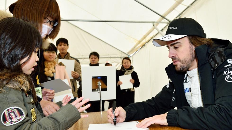 alonso-firma-autografos-aficionados-japoneses
