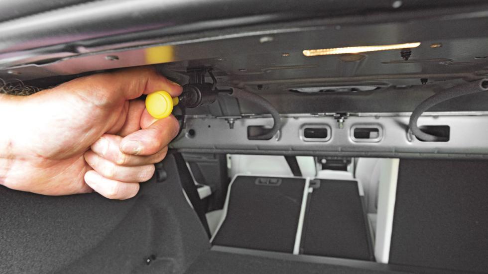 Jaguar-XE-200-tirador-asientos-abatibles