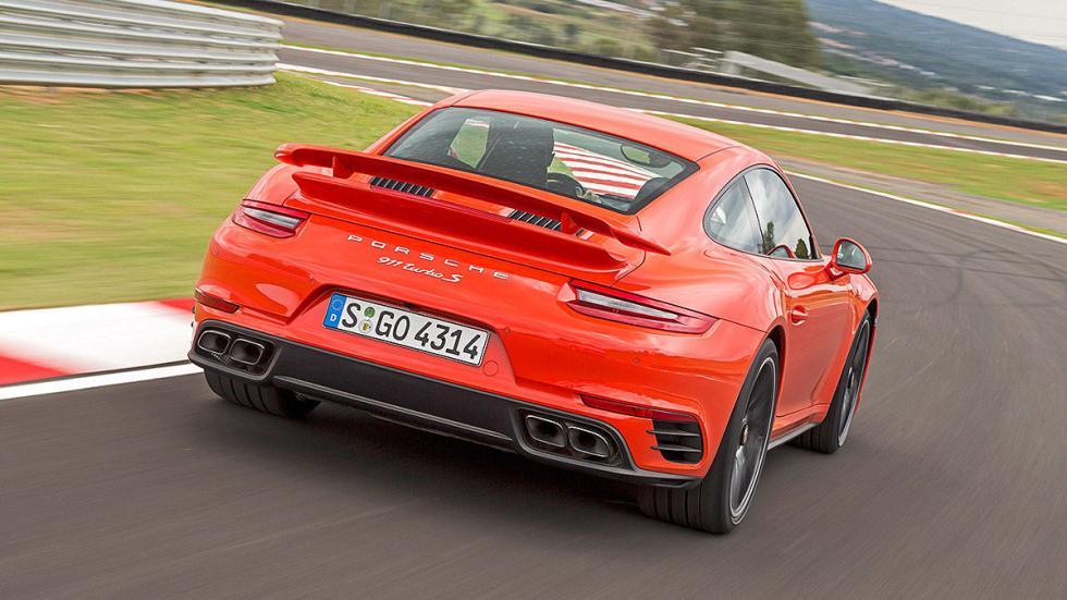 Porsche 911 Turbo S 2016 zaga curva