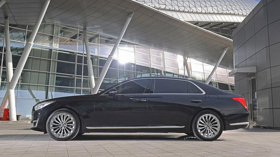 Genesis G90 lateral