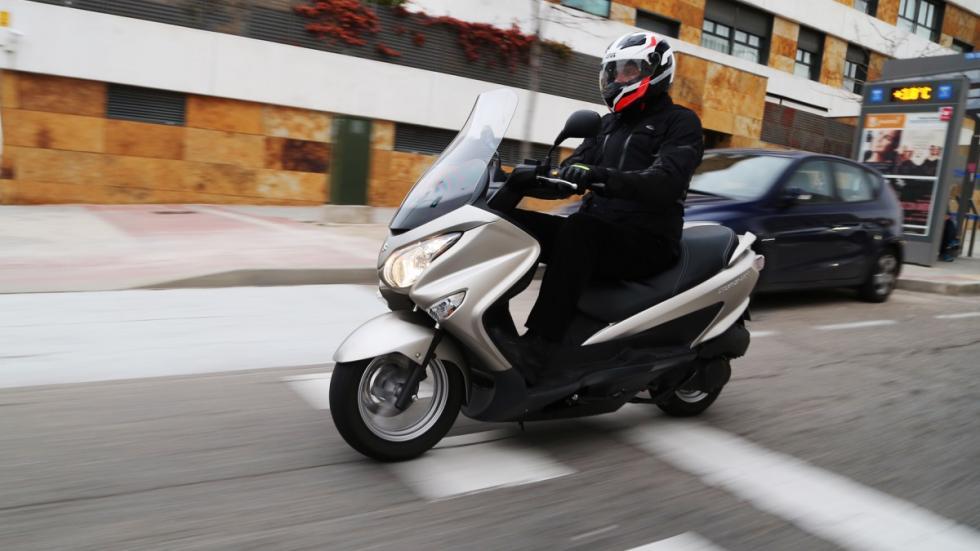 Prueba-Suzuki-Burgman-125-ABS-lateral