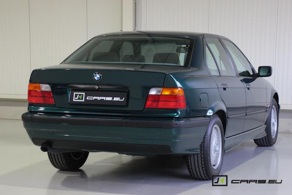 El BMW 320i E36 de 1995 tres cuartos traseros