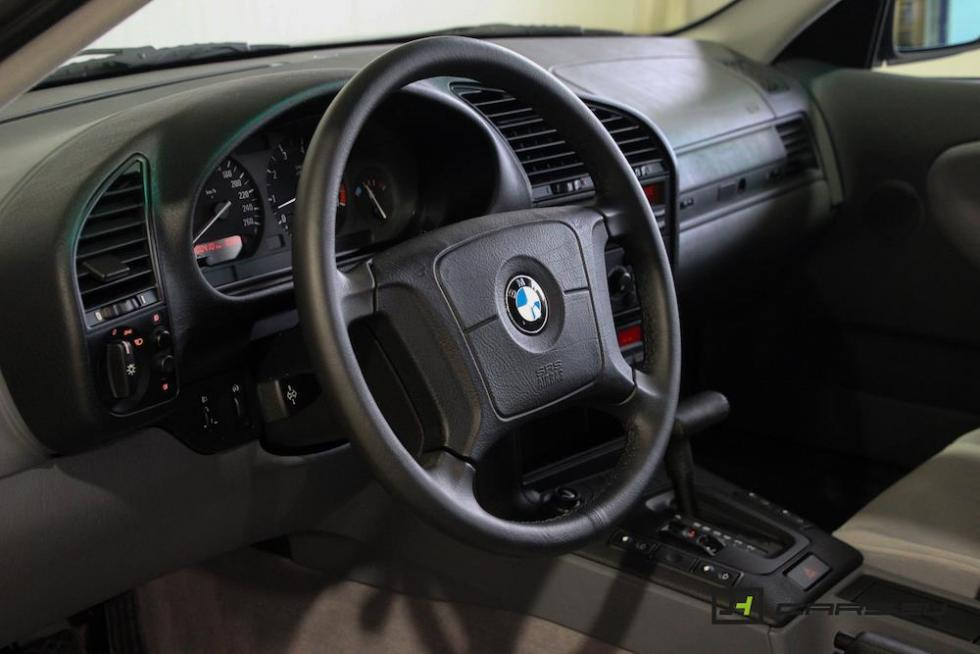 El BMW 320i E36 de 1995 interior