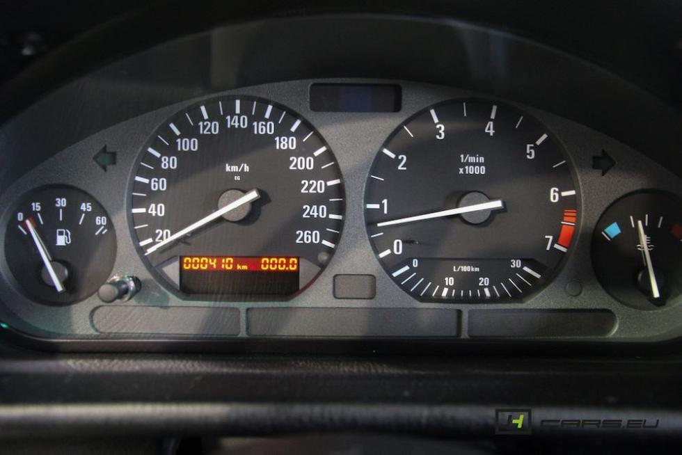 El BMW 320i E36 de 1995 detalle