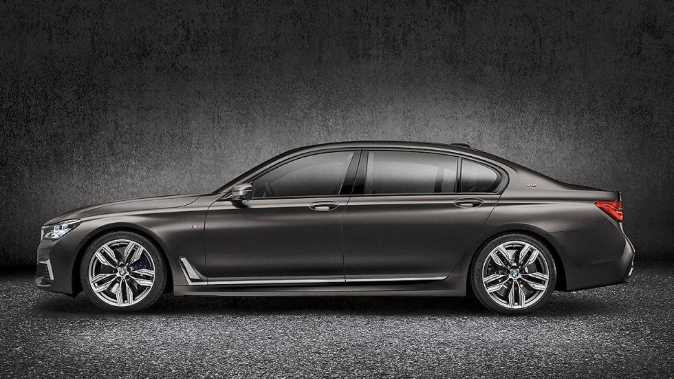 BMW M760Li xDrive lateral