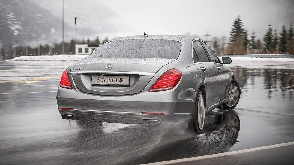 Mercedes S 600 Maybach Guard curva