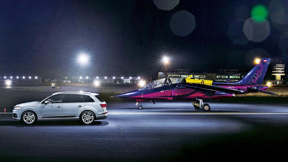 4 Audi SQ7 contra un avión a reacción