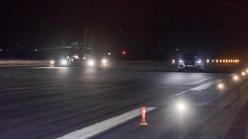 5 Audi SQ7 contra un avión a reacción