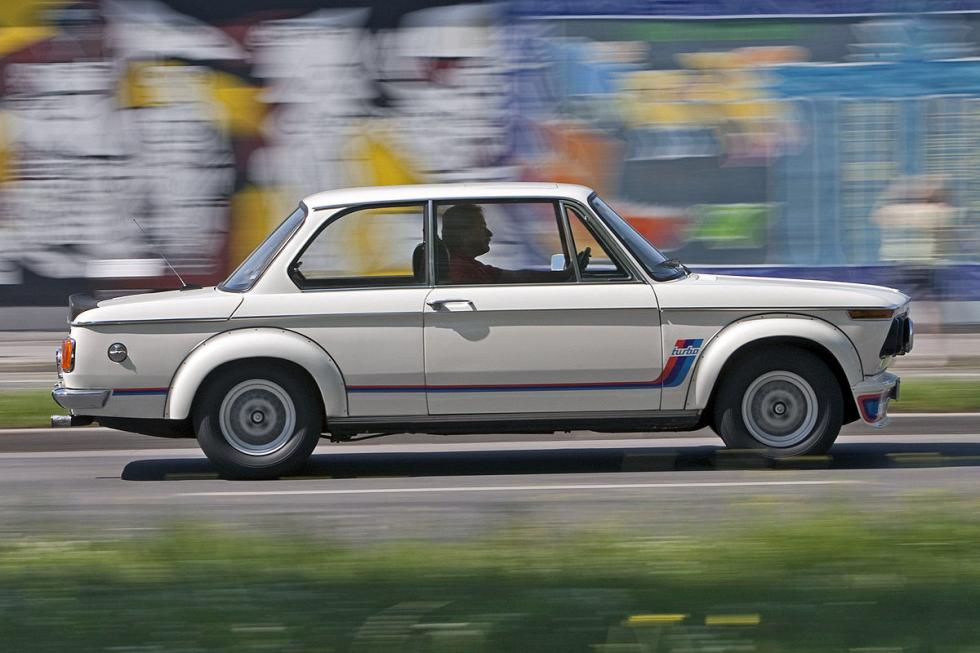 6 Duelo de ayer y hoy: BMW M2 vs BMW 2002 turbo