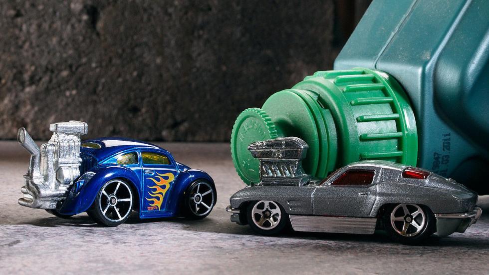 Tooned VW Bug (izda.) y Corvette Sting Ray (dcha.)