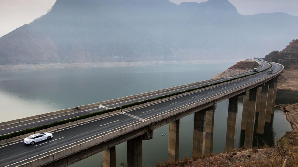jaguar xj atravesando autopista suspendida