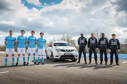 Jugadores del Manchester City y Nissan Juke