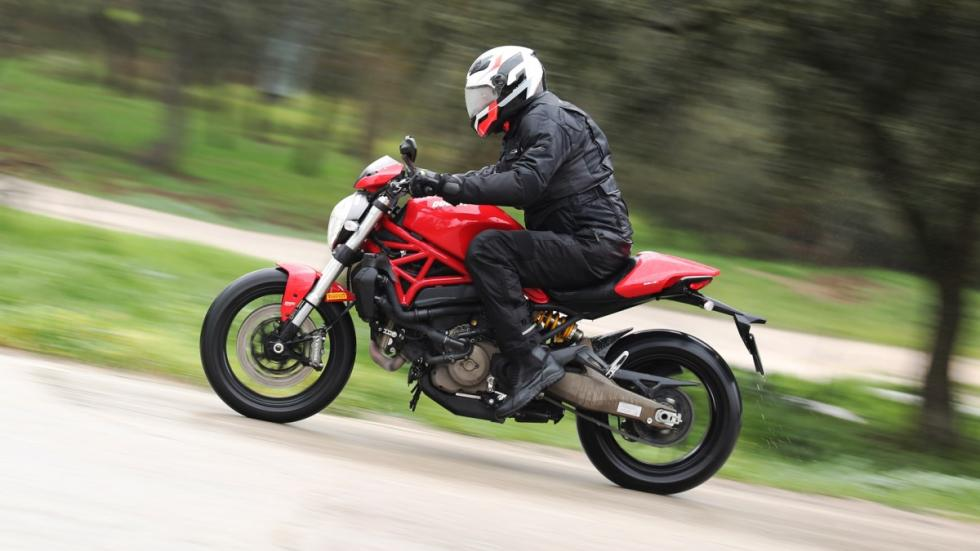 Prueba-Ducati-Monster-821-Stripe-2016-barrido-lateral