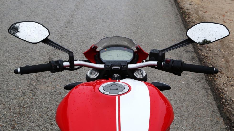 Prueba-Ducati-Monster-821-Stripe-2016-manillar
