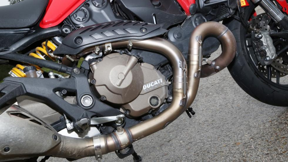 Prueba-Ducati-Monster-821-Stripe-2016-curva-motor