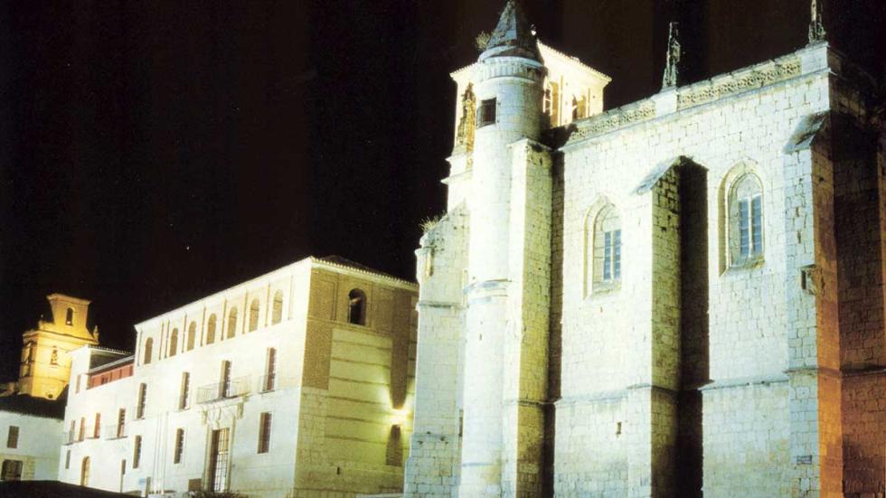 Vista nocturna de las Casas del Tratado y San Antolín