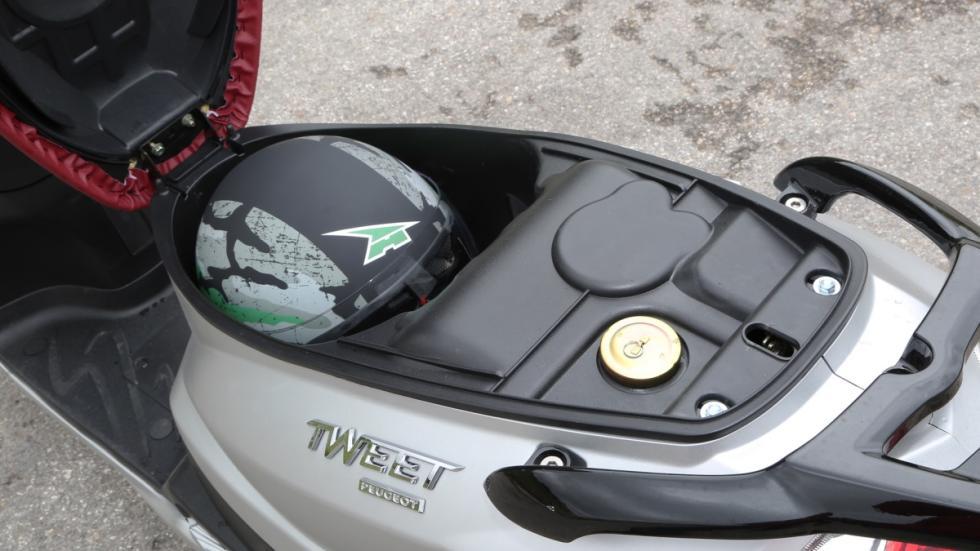 Prueba-Peugeot-Tweet-125-EVO-maletero-casco