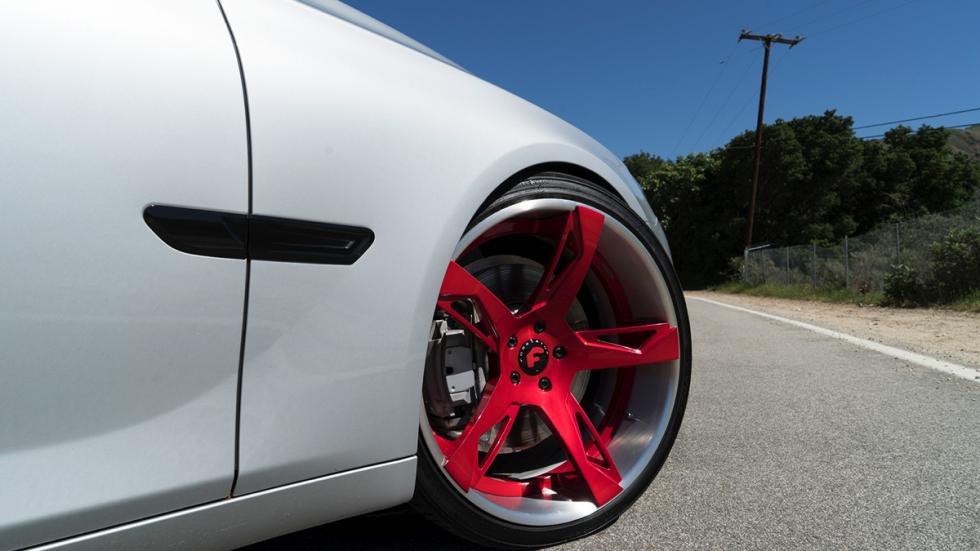 BMW Serie 7 llantas Forgiato roja