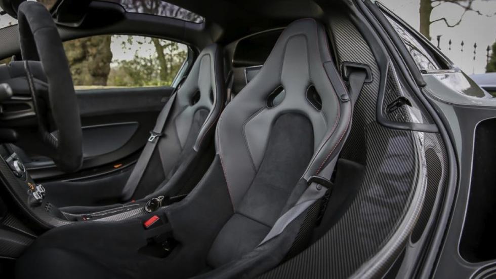 McLaren P1 plateado asientos
