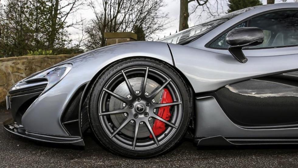 McLaren P1 plateado rueda