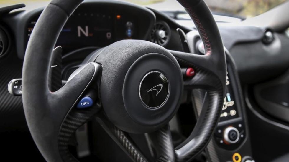 McLaren P1 plateado volante