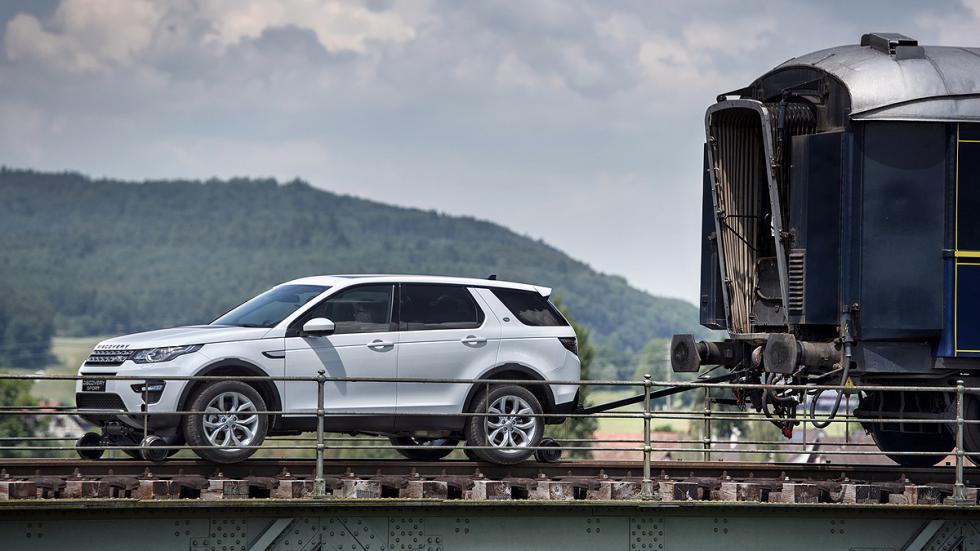 Un Land Rover Discovery Sport remolca un tren, en fotos