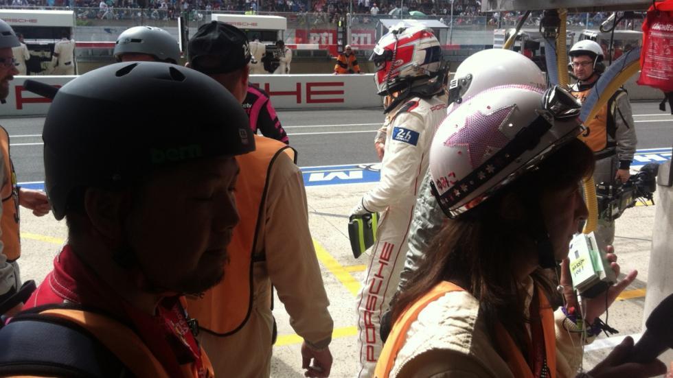 24-Horas-Le-Mans-periodistas-con-casco-boxes