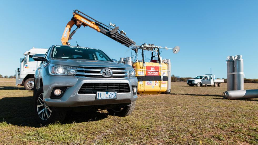Toyota Hilux récord globo aerostático morro