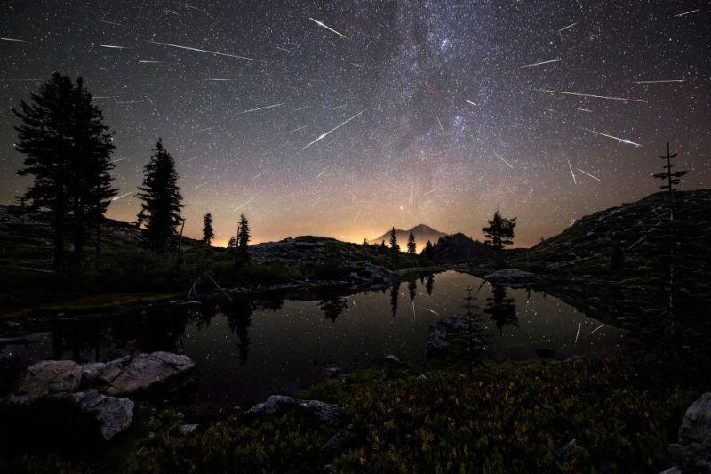 Lluvia de las Perseidas en Mount Shasta, California. Fotógrafo: Brad Goldpaint (
