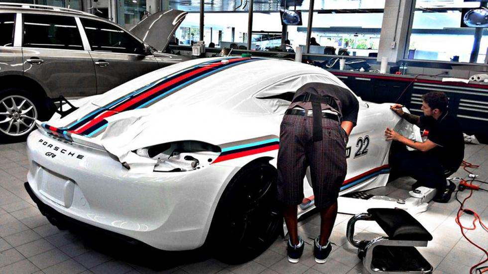Porsche Cayman GT4 con decoración Martini evolución